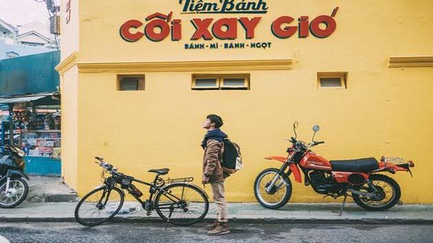 Check in bức tường màu vàng tại tiệm bánh mì Cối Xay Gió