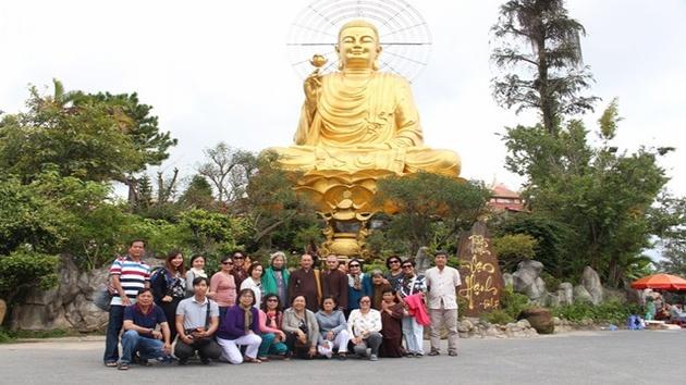 Dân hương tại Thiền Viện Vạn Hạnh khi tham gia chương trình tour 2 ngày 1 đêm