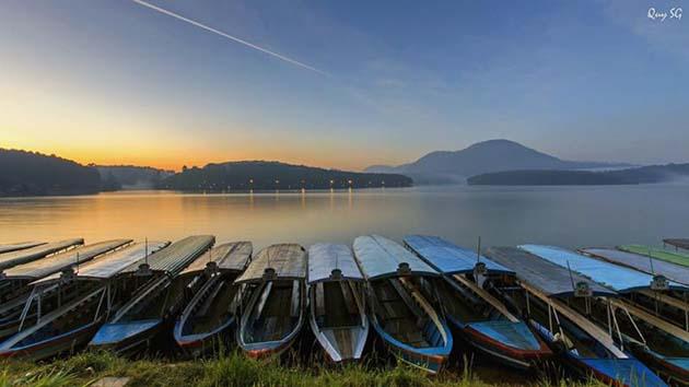 Du thuyền thưởng ngoạn tại hồ Tuyền Lâm