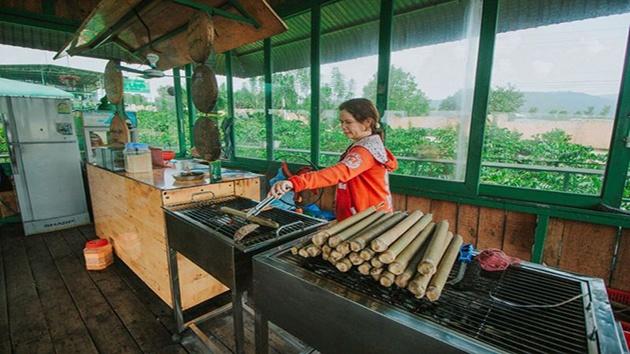 Khu nhà hàng tại quán cà phê Mê Linh