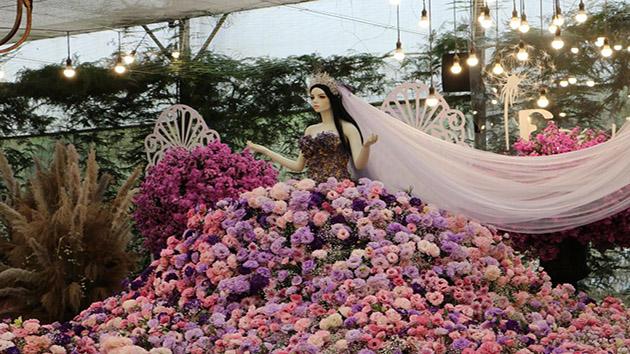 Chiếc váy cưới được làm bằng hoa tươi lớn nhất tại Việt Nam