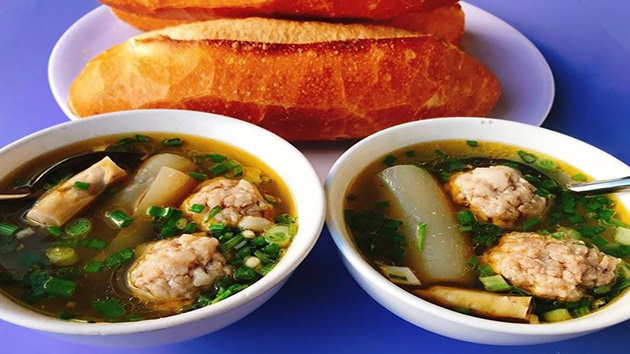 Bánh mì xíu mại đường Trần Nhật Duật