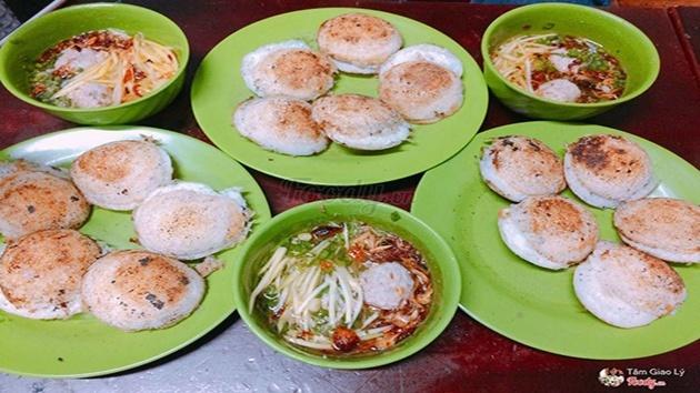Bánh căn Nhà Chung - Món ăn tối không thể bỏ qua khi đến Đà Lạt
