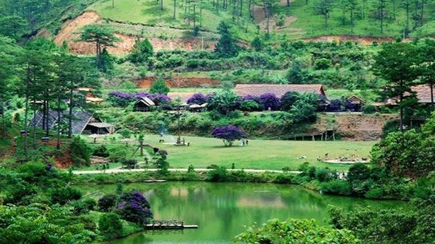 Tham quan làng đồng bào dân tốc dưới chân núi Langbiang